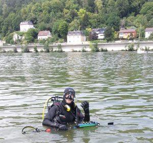 Auftragssucher Markus Pütterich beim Tauchen in der Donau