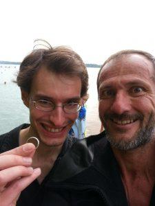 Ehering aus Weißgold im See verloren Auftragssucher Markus Pütterich hat ihn wiedergefunden beim Tauchen