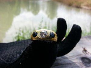 Gold Ring mit Diamant und Saphir beim Entenfüttern in den Deich geworfen