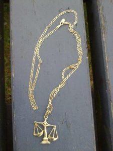 Goldkette mit Wagge Anhäger auf dem Vollyballplatz verloren
